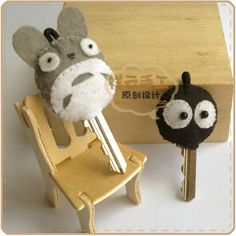 totoro and soot spirit key covers Great idea! Could make a donut key cover too! Geek Crafts, Cute Crafts, Diy And Crafts, Arts And Crafts, Sewing Crafts, Sewing Projects, Craft Projects, Key Covers, My Neighbor Totoro
