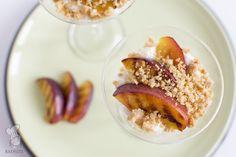 Zelfgemaakte hangop met gegrilde nectarines en een crumble. (Lees het recept via de bron!)