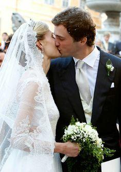 """Em 5 de julho de 2014, o Príncipe Amedeo da Bélgica se casou com Elisabetta Maria """"Lili"""" Rosboch von Wolkenstein, na Basílica Santa Maria, em Trastevere, Roma. A noiva, jornalista e filha de aristocratas italianos, estava linda! O vestido, assinado por Valentino, era clássico e delicado, com renda e tule point d'esprit. Lili usou uma tiara de diamantes, pertencente a família real belga, e um longo véu todo feito em renda de Bruxelas e tule de algodão"""