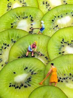 まるで絵画のよう。 キウイフルーツをカットして重ねるだけで段々畑みたい! 働く女性たちの姿がいきいきしてますね。