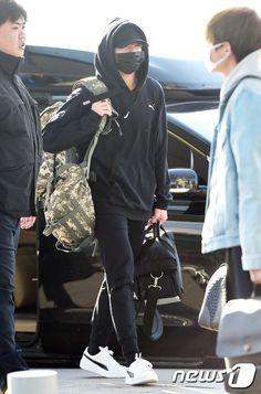 "k-fashion-beauty-lifestyle: "" BTS Jungkook airport fashion at Incheon Airport "" Jungkook Airport Fashion, Bts Airport, Airport Style, Airport Attire, K Fashion, Korean Fashion, Fashion Beauty, Jung Kook, Moda Ulzzang"