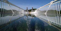 В национальном парке Чжанцзяцзе, что в юго-восточной китайской провинции Хунань, завершилось строительство самого длинного стеклянного моста в мире