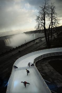 This weekend, 200 participants will be in Niagara Falls to take part a sport called ice cross downhill but known more widely known as Crashed Ice, which began as a marketing tool hatched by the makers. New York Pictures, Extreme Sports, Ice Skating, Niagara Falls, The Good Place, Skiing, Beautiful Pictures, At Least, Red Bull