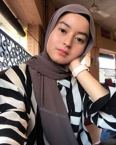 Kalau Erin termenung macam ni selalu takpa kod noh ? 🌻💛 Arab Girls Hijab, Girl Hijab, Simple Hijab, Beautiful Muslim Women, Idol, Women's Fashion, Asian, Sexy, Life