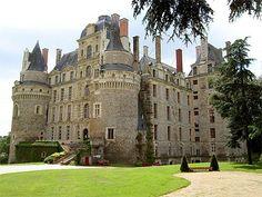 Nel cuore della Valle della Loira si trova il castello più alto della Francia, le Chateau de Brissac. Noto in tutto il mondo, il castello fa parlare di sé non solo per le bellezze custodite quali mobili d'epoca e bellissimi arazzi appartenuti alla famiglia dei duchi di Brissac, ma anche per la strana presenza della dama verde, ovvero il fantasma di Charlotte de France che, strangolata dal marito perché sorpresa con l'amante, vaga in cerca di vendetta