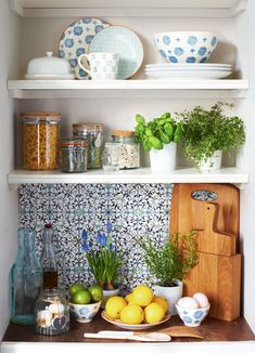 How to artfully arrange an open kitchen shelf