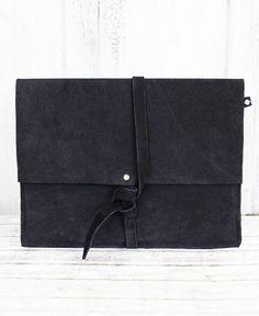"Echtleder iPad-Tasche ""Mora"" Wildleder // Schwarz #ipad #tasche #mac #hülle #black #schwarz #echtleder #leder #leather #pikfine #ehrenfeld #cologne #köln #germany #köln #handmade #selfmade #handgemacht"