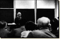 Einstein dando su primera clase en el instituto para estudios avanzados de Princeton, New Jersey, quince años después de su llegada.  Disponible en: http://www.einstein.unican.es/ae76.htm