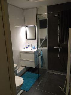 Kleine badkamer met inloopdouche, wastafel en toilet.