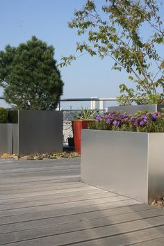 střešní zahrada s rostlinami v květináčich / roof garden with potted plants Roof Gardens, Terraces, Burlesque, Potted Plants, Garage Doors, Sidewalk, Outdoor Decor, Pot Plants, Decks
