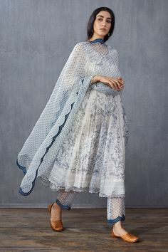 Pakistani Fashion Casual, Pakistani Dresses Casual, Pakistani Dress Design, Pakistani Couture, Stylish Dress Designs, Stylish Dresses, Casual Dresses, Fashion Dresses, Casual Clothes