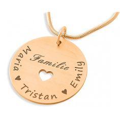 Eine besondere Familienkette mit einem 925 Sterling Silber Namensplättchen, in dem ein kleines Herz ausgeschnitten ist. Am Rand entlang werden die Namen der Familienmitglieder graviert. Das komplette Schmuckstück wird in Juwelierqualität hochwertig rosé vergoldet.
