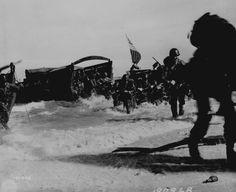 Les hommes du 163e régiment d'infanterie débarquent de leurs bateaux Higgins sur la plage de l'île de Wakde en Nouvelle-Guinée, le 18 mai 1944.