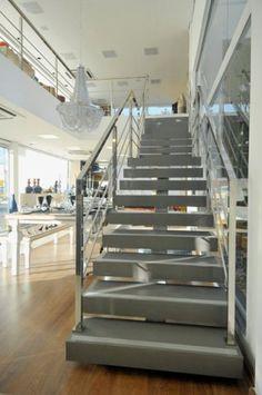 Estruturada em Stone italiana na cor luce minima, a escada foi fixada por uma estrutura central, ligando os pavimentos térreo e superior. Os degraus flutuantes foram incluídos nessa estrutura. O corrimão é de aço inox, feito por uma empresa local a partir do desenho da arquiteta do projeto, Rayssa Lira. O ambiente é da loja Maison Kairós, em Campina Grande (PB).