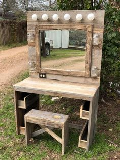 Rustic bedroom decor with brass mirror and greenery Wooden desk vanity boho Western Style, Cute Room Decor, Pallet Furniture, Rustic Furniture, Furniture Plans, Barn Wood, Home Projects, Farmhouse Decor, Diy Home Decor