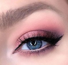 The smokey eye makeup is a timeless classic. Check out some of the best smokey eye makeup looks and ideas from the big and bold, to the soft and subtle. Eyeshadow Tips, Eye Makeup Tips, Eyeshadow Looks, Makeup Inspo, Eyeshadow Makeup, Makeup Inspiration, Eyeshadow Palette, Makeup Brushes, Beauty Makeup