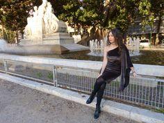 Look con vestido terciopelo de una manga de la tienda valenciana LOBITTA acompañado por el must de la temporada, el choker