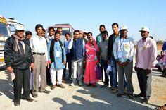 रायपुर जिले के पंच-सरपंचों ने आरंग विधायक श्री नवीन मार्कण्डेय के साथ बस में सफर किया. विधायक ने प्रतिनिधियों के साथ अन्त्याक्षरी खेली. रास्ते में उन्हें विकास कार्यों के बारे में जानकारी भी दी. विधायक के साथ सफर कर प्रतिनिधि बेहद खुश थे कि उनका चुना हुआ जनप्रतिनिधि आज उनके बीच मौजूद है.