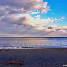 【cocoro_drawing】さんのInstagramをピンしています。 《海の色は 空の色と太陽のヒカリを反射させたもの . この日は 青色…夕暮れ色…灰色…それぞれの色で…。 いつか虹色に輝く海を見てみたい🌈 . #海#空#雲#色#reflectioи#グラデーション#誰もいない海#冬の海#水平線#流木#いつの日にか虹を渡ろう#mrchildren》
