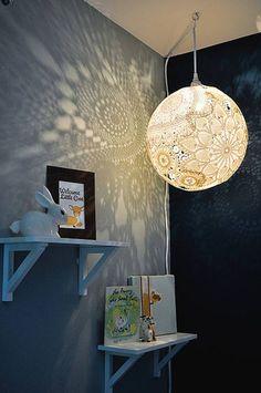 MANUALIDADES CREATIVAS  Lampara de techo con forma de globo, hecha con tapetes de crochet.  http://bricoblog.eu/lampara-de-crochet