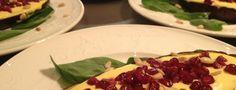 """Ottolenghi's geroosterde aubergine met yoghurtsaus en granaatappelpitjes. rooster de aubergines met tijm en druppel er citroen serveer met peper zout en za""""atarop"""