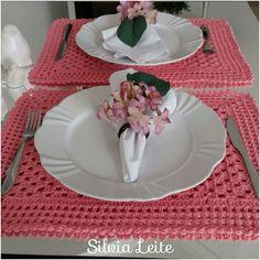 Lindo jogo americano contendo 2 lugares na cor salmão rosado. Otimo para ser usado no dia a dia ou numa refeição especial. Feito manualmente com material de qualidade.