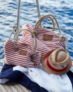 burda style, Schnittmuster - Praktisch und geräumig müssen sie sein: In diesen süß gestreiften Strandtaschen in zwei Größen findet wirklich alles Platz. Ihr müsst nur zuschneiden, nähen und ab geht es ans Meer! Die Strandtaschen sehen nicht nur super aus, darin passt auch wirklich jedes Beach-Accessoire – von Bikini, Badehose und Badetuch für die großen zu Spielsachen und Schwimmflügel für die kleinen Wasserratten. So fehlt nichts, um den Tag am Meer in vollen Zügen zu genießen.