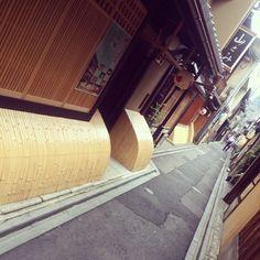 """先斗町通り Ponto-cho Street #street #kyoto #japan #일본 #쿄토 #여행 #거리 #日本 #京都 #旅行"" Photo taken by @ishideo on Instagram, pinned via the InstaPin iOS App! http://www.instapinapp.com (06/24/2015)"