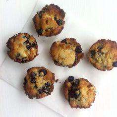 Zelf muffins maken blijft altijd een feestje. Er zijn zoveel combinaties mogelijk! Deze smeuïge muffins van kokosmeel zijn glutenvrij en bevatten alleen natuurlijke suikers. Dit heb je nodig (6 muffin