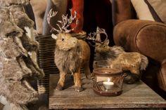 Een stijlvolle Kerst dankzij deze decoratie. Prachtige rendieren, een mini kerstboom in namaakbont en een kaarsenhouder afgewerkt met leder brengen kerstsfeer in een modern interieur. meubelen-heylen.com
