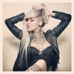 Love the hair. Sexy Tattoos For Girls, Girl Tattoos, Tattooed Girls, Sara Fabel, Cervena Fox, Ink Model, Tattoo Photography, Curves Workout, Tough Girl