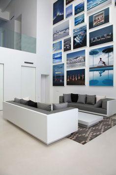 mur blanc décoré de multiples photos sur le thème marin
