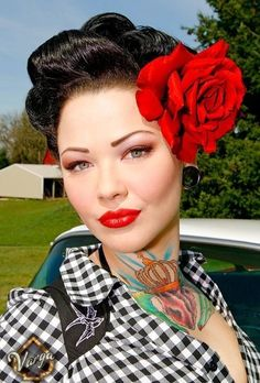 Pinup Fashion: the perfect rockabilly look. Love the big red rose. Pinup Fashion: the perfect rockabilly look. Love the big red rose. Rockabilly T Shirt, Pinup Rockabilly, Looks Rockabilly, Rockabilly Fashion, Rockabilly Tattoos, Pin Up Vintage, Pin Up Retro, Mode Vintage, Vintage Style