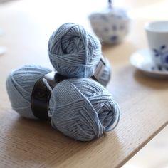Dagens strikkemål: å få lagt opp til #skjørtmedhullmønster med denne nydelige blåfargen. Så får vi bare håpe at Frostfeberen holder seg helt til skjørtet er ferdig. #paelas #dustorealpakka #babysilk