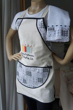 AVENTAL com PANO DE COPA  Dia dos Professores    Aquele negócio de que mulher é cozinheira, já está bem ultrapassado, não é... A moda agora é CHEF DE COZINHA.  Se você tem uma professora nota 10, ela vai amar ganhar este kit de cozinha personalizado para o dia dos professores. Vem um avental com ...