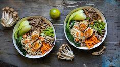 Jste fanoušci kachny, ale už oněco méně jejího několikahodinového pečení? Pojďte se naučit, jak si připravit mnohem rychlejší (alevnější) dobrotu! Skvěle tak zužitkujete méně nákladné kusy masa aklidně izbytky kostí od pečínky. Aještě se můžete chlubit tím, že vaříte dnes tak populární nudlovou polévku ramen! Menu, Ethnic Recipes, Menu Board Design