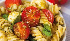 20 Minuten Nudelsalat-mit Pesto Tomaten und Mozarella - Kochkarussell.com