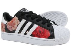 Adidas Women Shoes - Cool floral shoes limited edition from Adidas - We reveal the news in sneakers for spring summer 2017 Addias Shoes, Me Too Shoes, Shoe Boots, Adidas Fashion, Sneakers Fashion, Iu Fashion, Floral Fashion, Korean Fashion, Fashion Trends