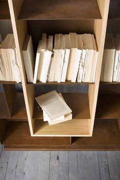 MOOIE - Libreria portabottiglie in ferro. MOOIE - Iron bottle rack and bookcase.