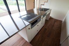 床を一段下げたダイニングテーブル一体型キッチン