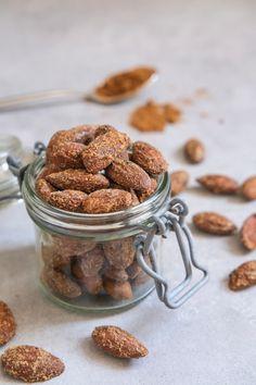 Lækre, hjemmelavede lakridsmandler du nemt selv kan lave fra bunden. Find en nem opskrift på mandler med lakrids her. Beholder, Lchf, Dog Food Recipes, Tapas, Almond, Food Ideas, Almonds
