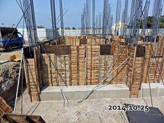 2014-11-29-地基 四面牆 版模已經起來了, 晚點要準備灌漿入地基牆中--正面