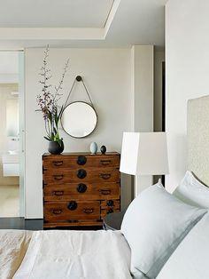 Cômoda Étnica e Espelho Redondo. Designer: Sarah Davison Interior Design.