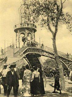 La Pasarela del Prado de San Sebastián, antigua portada permanente de la Feria de Abril hasta 1921, en una postal de 1904.