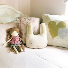 Girl room bed, pink and gold