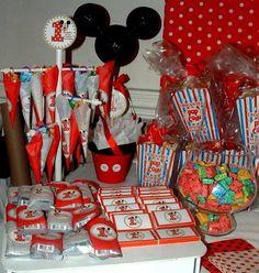 Paletas de chocolate, bolsitas personalizadas, y mucho más para el momento dulce de la fiesta. #Candy Bar #Mickey Mouse