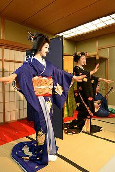 Geiko(geisha)and Maiko. Traditional dance. #japan #kyoto #maiko #geisha #kimono