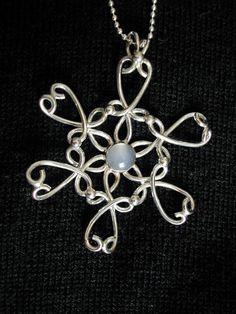 銀線で編むように作った氷の結晶のようなお花のペンダントトップです。真ん中の石は「キャッツアイムーンストーン」です。くるくると複雑に銀線を丸めながらろう付けして...|ハンドメイド、手作り、手仕事品の通販・販売・購入ならCreema。