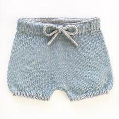 love it ✨ babyshortsen guttestrikk Knitting For Kids, Easy Knitting, Crochet For Kids, Knitted Baby Clothes, Baby Doll Clothes, Crochet Stitches Patterns, Baby Knitting Patterns, Crochet Bebe, Knit Crochet