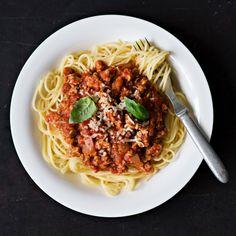 Bolognesekastike onnistuu hyvin myös kevyestä broilerinjauhelihasta. Tarjoa kastike esimerkiksi pastan tai riisin kanssa.